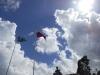 na fronteira como uma pintura no céu as bandeiras do Brasil e da Venezuela.